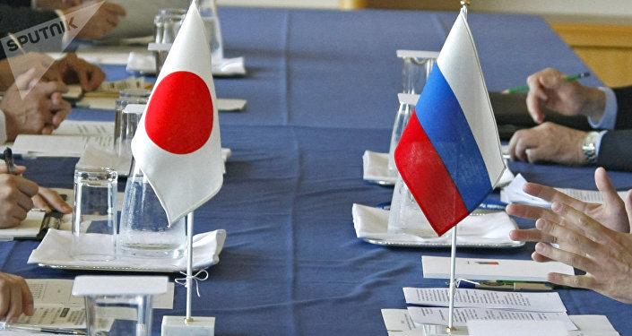 Las banderas de Japón y Rusia