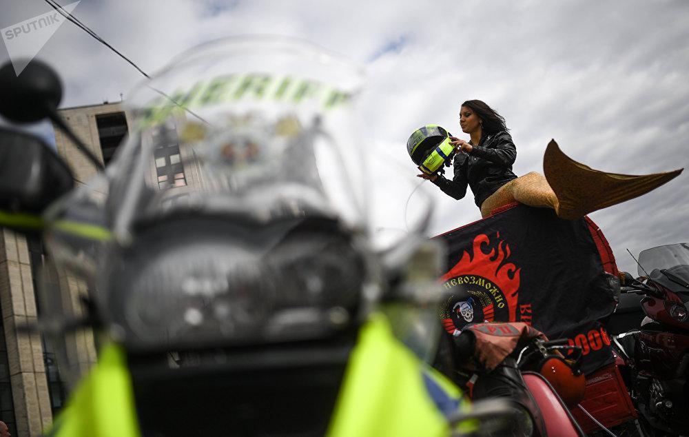Participante del motofestival 'Moscú, ciudad de motociclistas' en la avenida Sájarov en Moscú