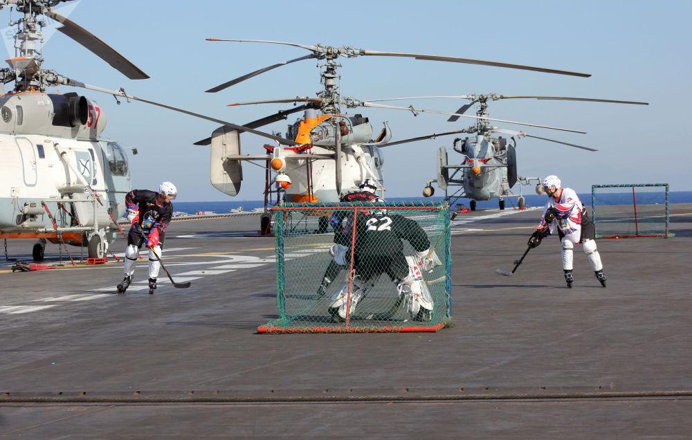 Los militares de la Flota del Norte, jugando al jockey en patines sobre ruedas en la cubierta del crucero portaviones Almirante Kuznetsov en el mar Mediterráneo, 2016