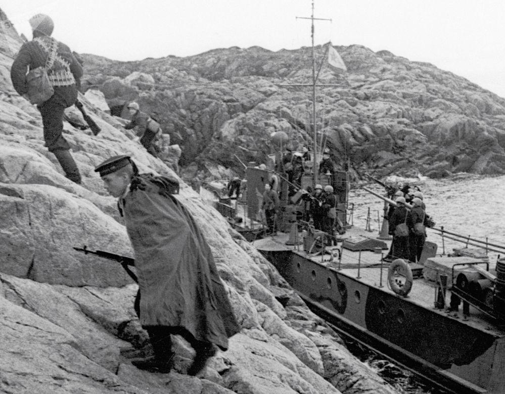 Los marineros de la Flota del Norte, desembarcando en la costa ocupada por los alemanes, 1942