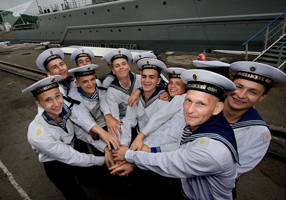Los marineros durante la despedida del crucero nuclear Piotr Veliki que participó en las maniobras Vostok-2010