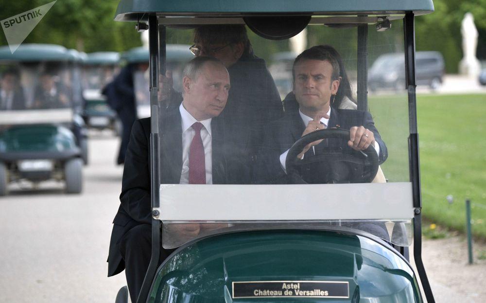 Los líderes de Rusia y Francia, Vladímir Putin y Emmanuel Macron, en un parque del palacio Gran Trianón en Versalles