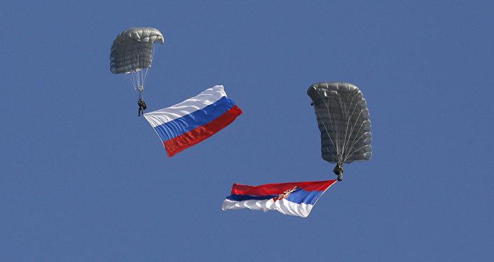 Banderas de Rusia y Serbia (archivo)