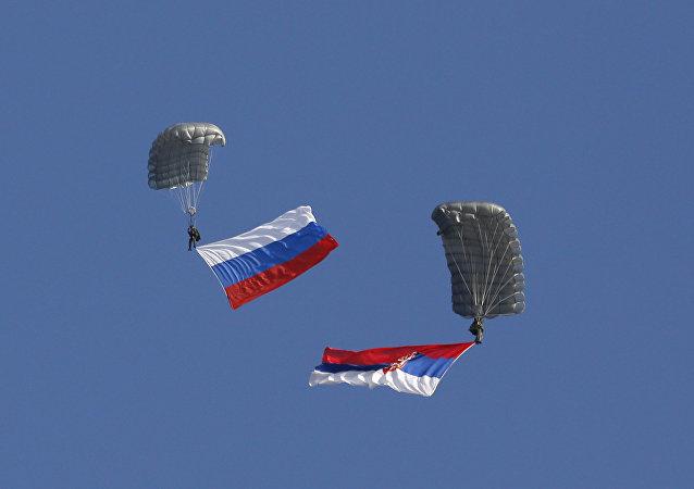 Banderas de Rusia y Serbia