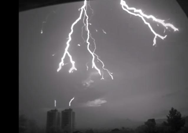 Un rayo cae sobre un edificio: grabación única a cámara lenta