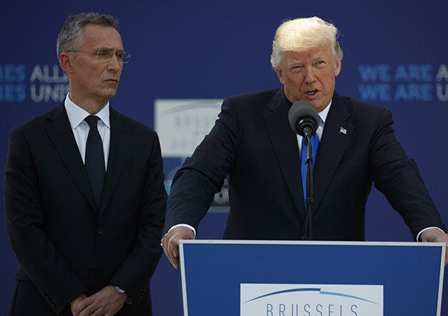 El secretario general de la OTAN Jens Stoltenberg y el presidente de EEUU Donald Trump
