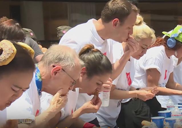 El 'campeonato del mundo' de comer buñuelos