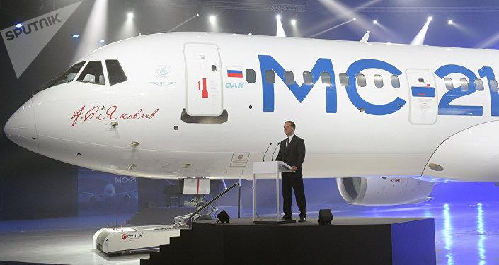 Dmitri Medvédev durante la presentación del nuevo avión de pasajeros MC-21
