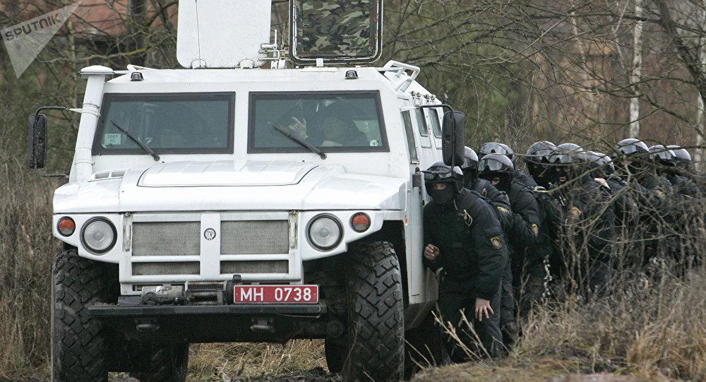 El vehículo blindado Tigr y los agentes de unidades especiales de Rusia y Bielorrusia (archivo)