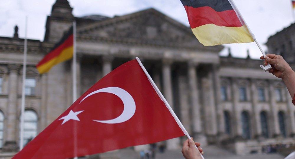 Banderas de Turquía y Alemania con Bundestag al fondo