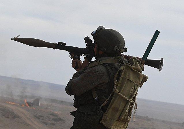 Un soldado portando un lanzagranadas RPG-7, foto archivo