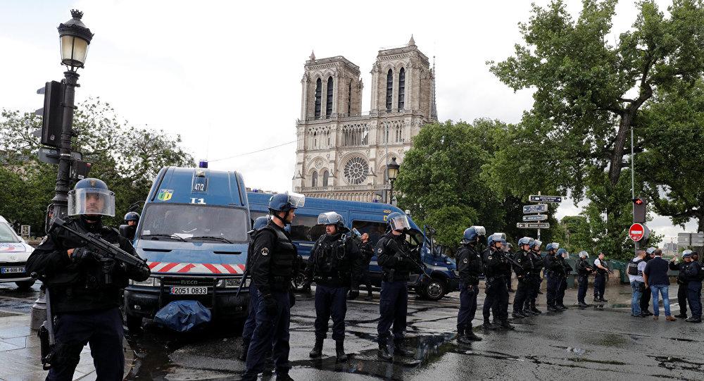 La policía francesa en la plaza de Notre Dame en París