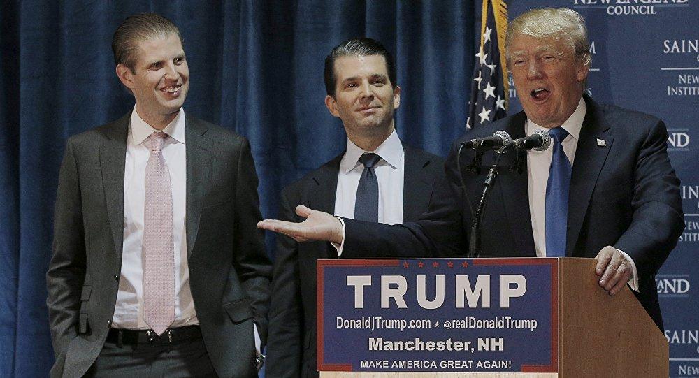 Principal candidato a las primarias del Partido Republicano Donald Trump con su hijo Eric Trump