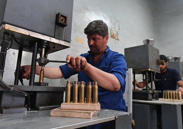Producción de proyectiles en una planta militar en Siria