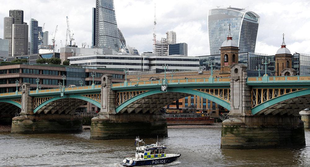 Barco policial realizando labores de búsqueda cerca del London Bridge de Londres