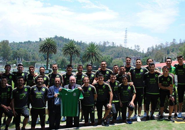 El embajador de Rusia en México, Eduard Malayán con la selección mexicana