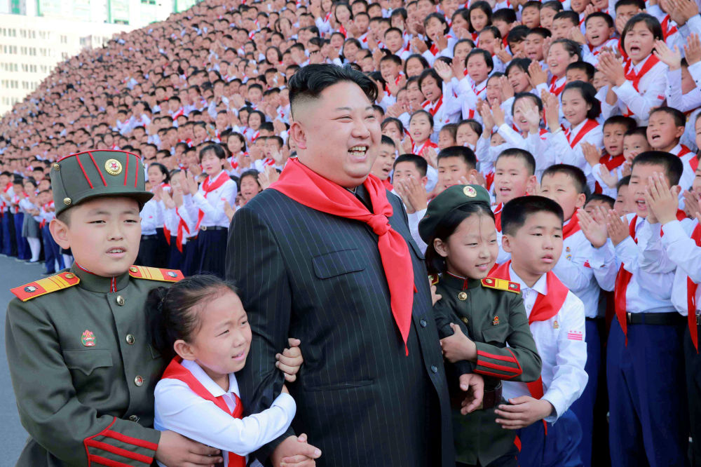El líder norcoreano Kim Jong-un con los participantes del VIII Congreso de la Unión de Niños de Corea del Norte, llevado a cabo en Pyongyang