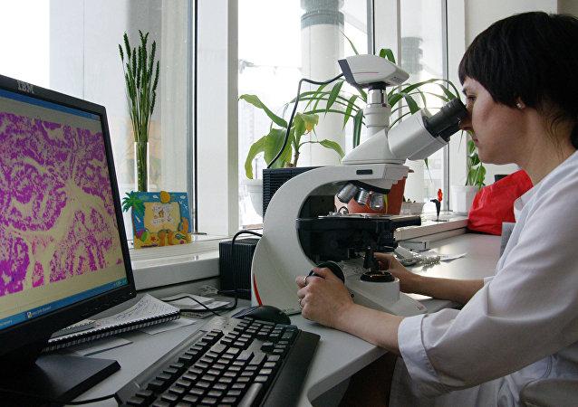 Doctor analizando resultados