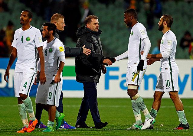 Jugadores de la selección de Arabia Saudí tras el partido contra la selección Australia