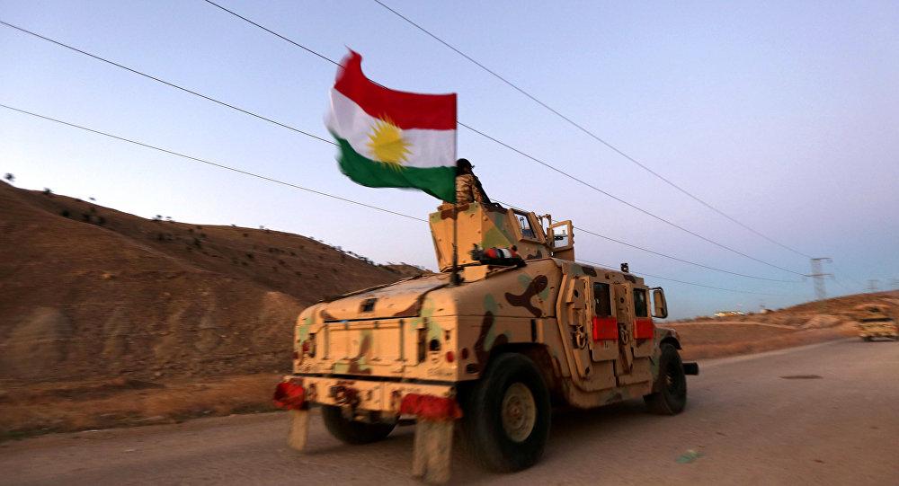 Carro kurdo con la bandera de Kurdistán iraní