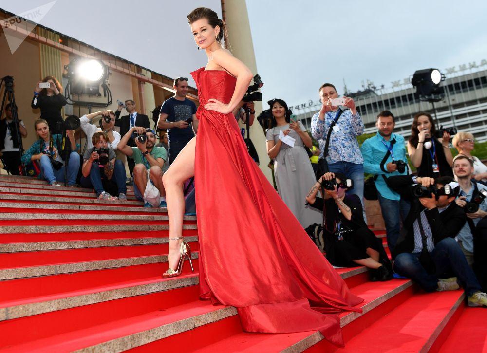 La actriz rusa Katerina Shpitsa en la alfombra roja de la ceremonia de apertura del 28 festival ruso de cinema 'Kinotavr', en Sochi