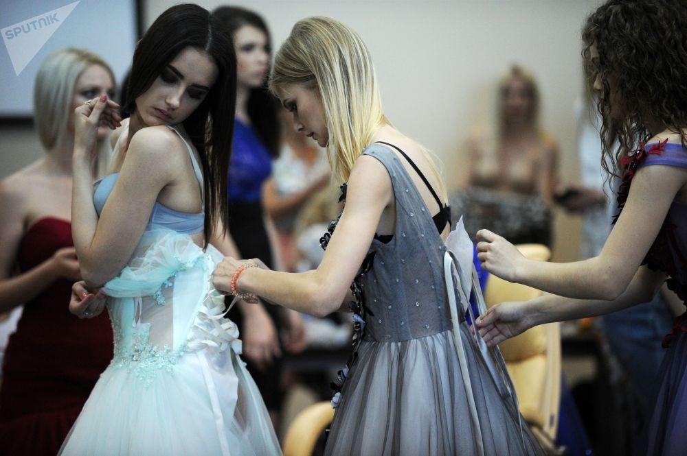 Modelos se preparan para desfilar en la Semana de Moda de Crimea, en Sebastopol