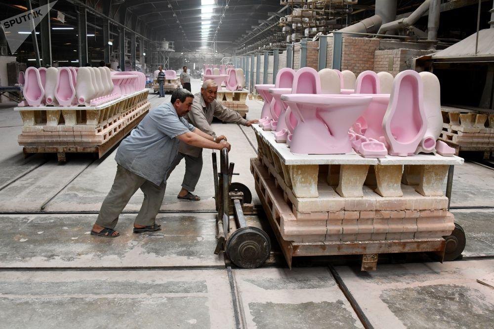 Trabajadores en una planta de fabricación de productos cerámicos en la ciudad siria de Hama