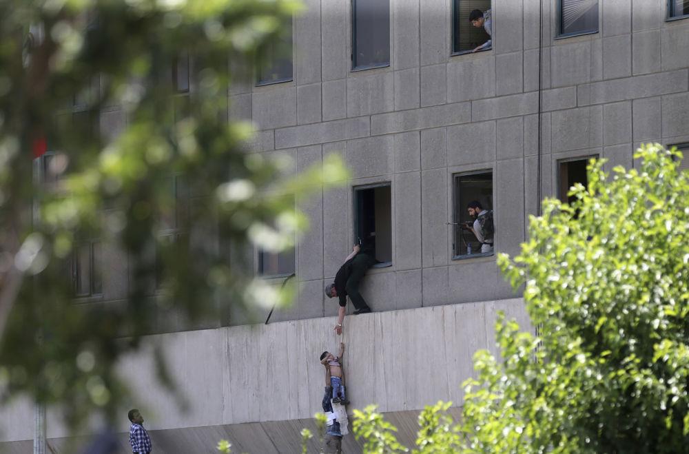 La evacuación de un niño durante el ataque terrorista contra el edificio del Parlamento iraní en Teherán