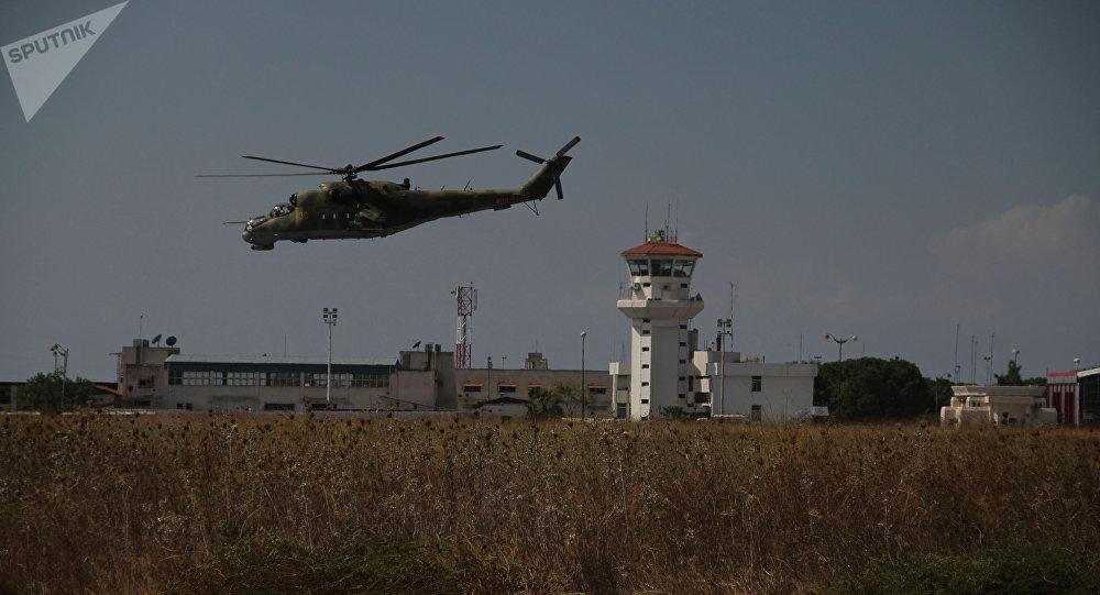 Helicópteros rusos vuelan sobre la base Hmeymim en Siria