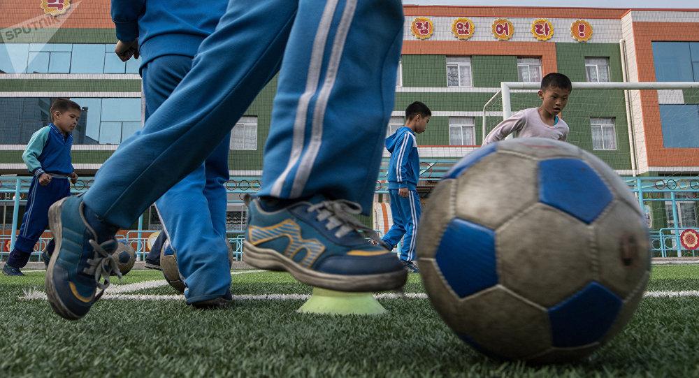 Niños norcoreanos juegan al fútbol