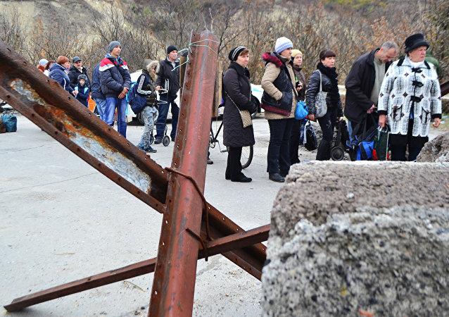 Localidad de Stanitsa Lugánskaya en la línea de separación (archivo)