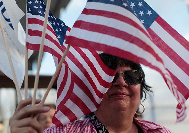 Una mujer con las banderas de EEUU