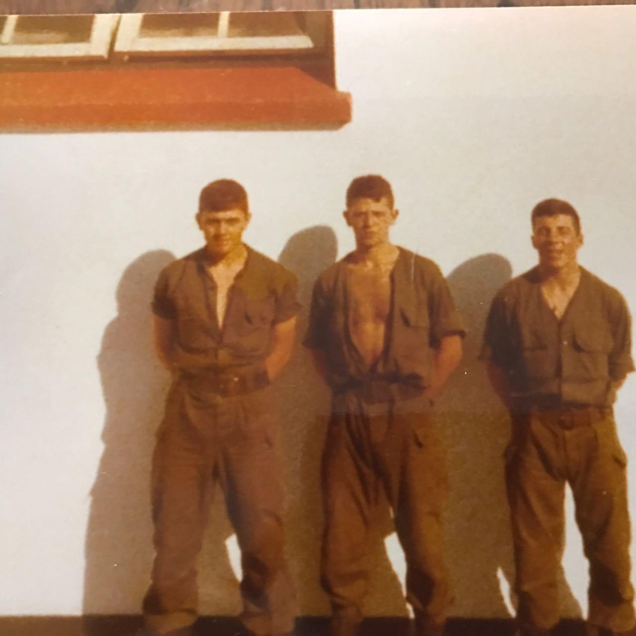 El soldado Germán Feldman (centro) con compañeros de su tropa en la guerra de Malvinas
