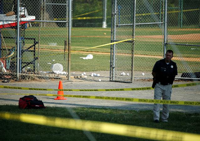 Un policía en el lugar del tiroteo en Virginia, EEUU