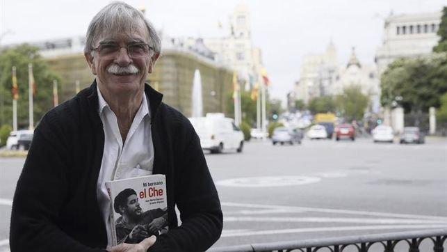 Juan Martín Guevara sostiene su libro 'Mi hermano, el Che'