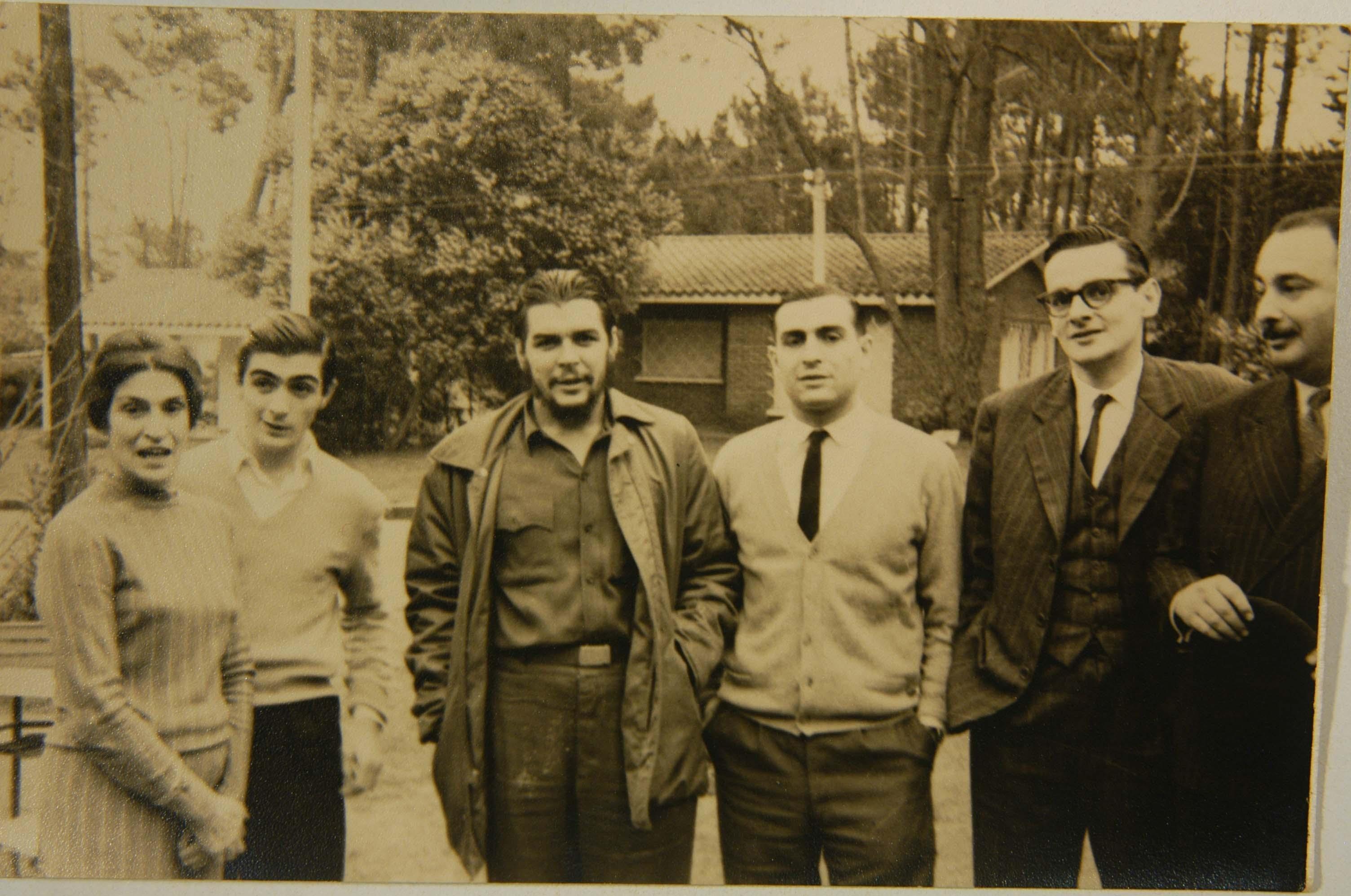 De izquierda a derecha: Celia Guevara, la madre del Che. Juan Martín Guevara (hermano). Ernesto Guevara. Roberto Guevara (hermano). Julio César Castro, periodista y Carlos Figueroa amigo de la familia, en Punta del Este, Uruguay.