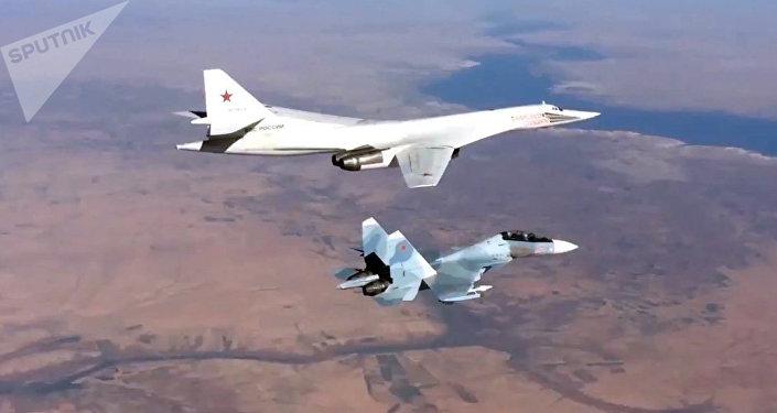 Aviones rusos Su-30SM y Tu-160