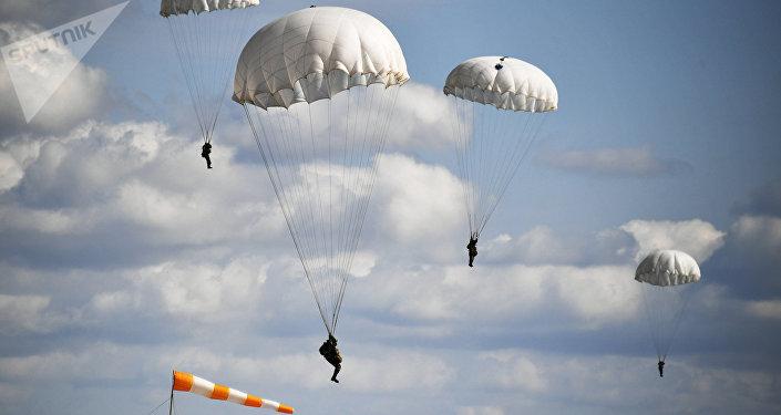 Los militares de Rusia y Bielorrusia durante el aterrizaje de la Tropas Aéreas