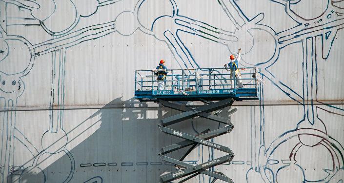 El mural más grande del mundo en la fachada del complejo industrial Stan-5000