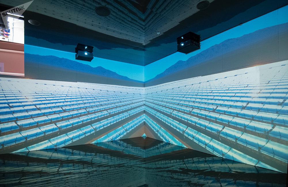 Espacio del pabellón de España en el que se representa un campo de paneles solares