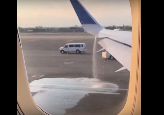 Una insólita 'fontana' de combustible brota de un avión estadounidense