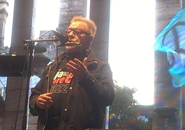 León Gieco en el festival Voy por la Paz, en Rosario, Argentina