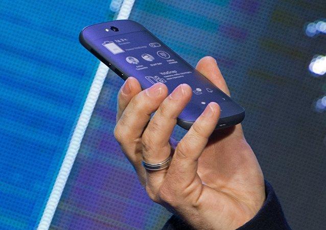El teléfono inteligente YotaPhone 2 durante su presentación en 2014
