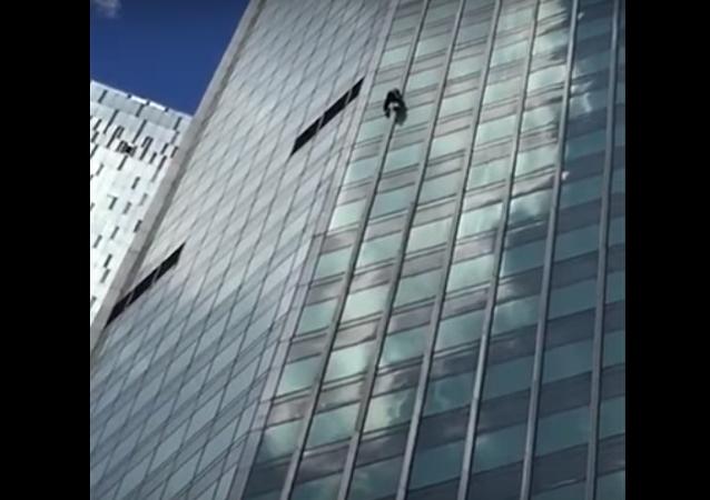 ¿Discípulo de Spiderman? Un hombre sube sin protección a un rascacielos de Moscú