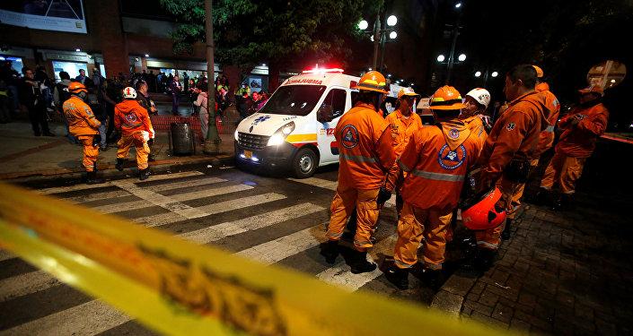 Ambulancia enfrente del centro comercial de Bogotá, donde se produjo una explosión