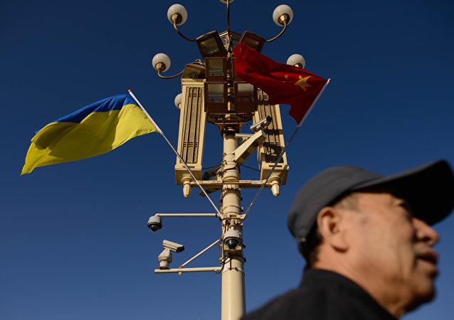 Banderas de Ucrania y China