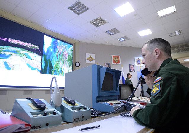 Un oficial al mando de un radar polifuncional
