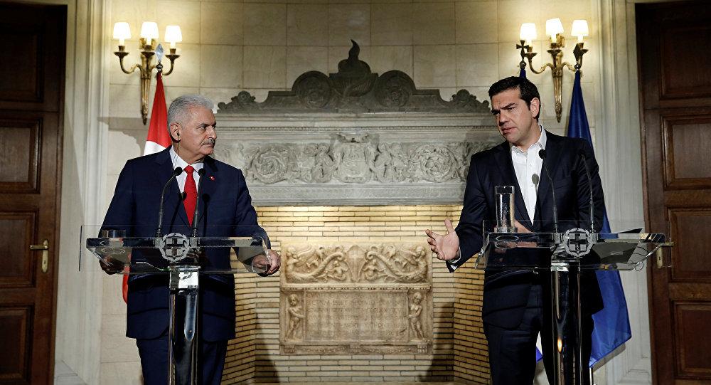 Alexis Tsipras, primer ministro griego, junto a Binali Yildirim, su homólogo turco