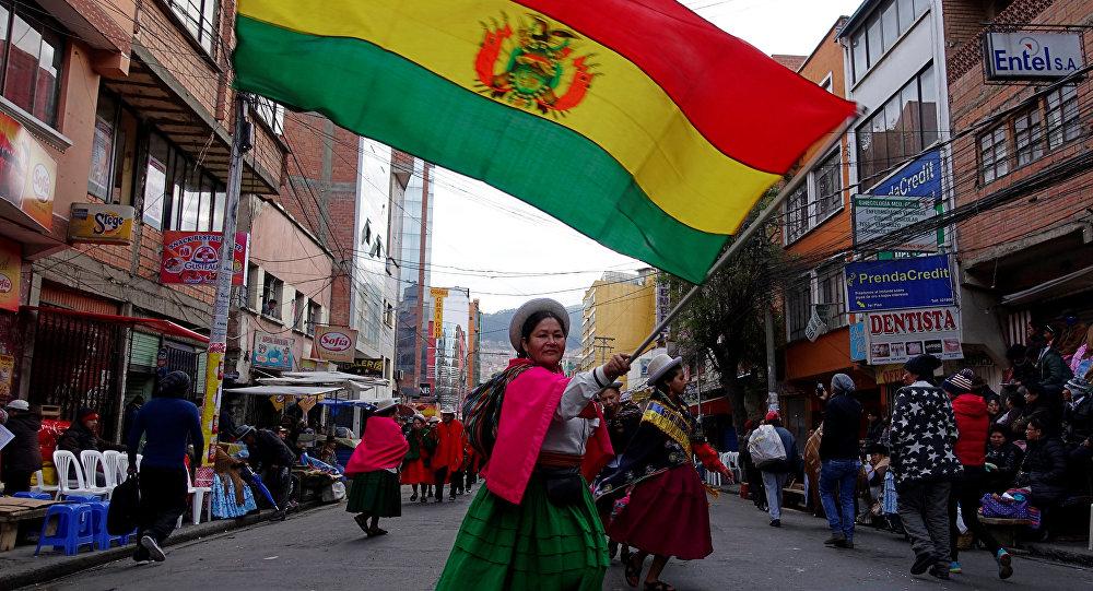 Una mujer indígena con la bandera de Bolivia (archivo)