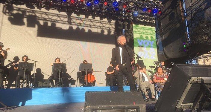 El cantante Jairo se presenta en Rosario, Argentina.